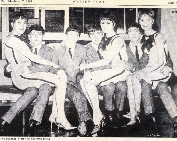 Vernons Girls на коленках у битлов