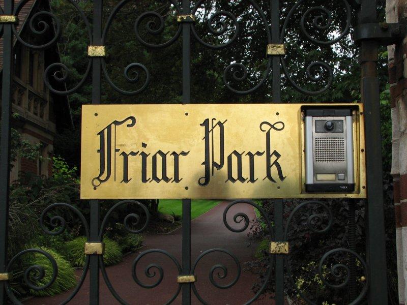 Табличка на воротах Friar Park