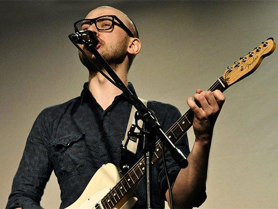 Корней — гитарист, автор-исполнитель