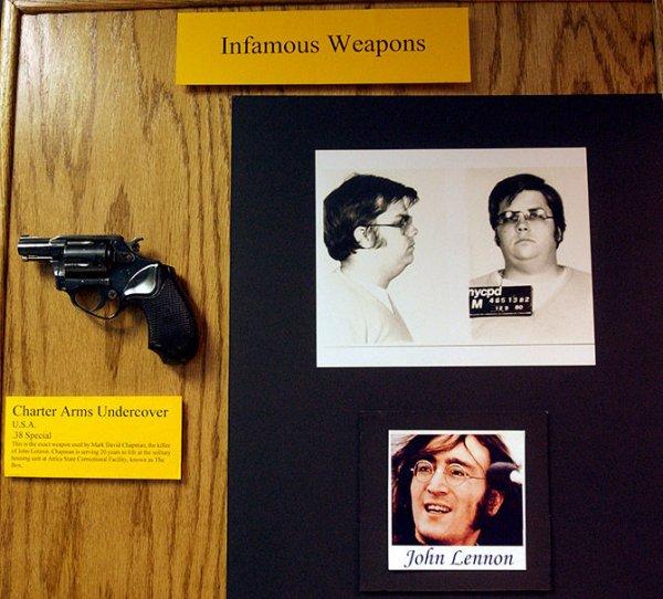 Пистолет и фото Марка Дэвида Чепмена в полиции Нью-Йорка. Фото: Chip East / Reuters