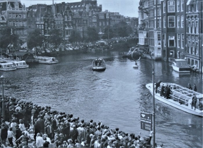 По каналам голландской столицы («Битлз» - на катере справа)