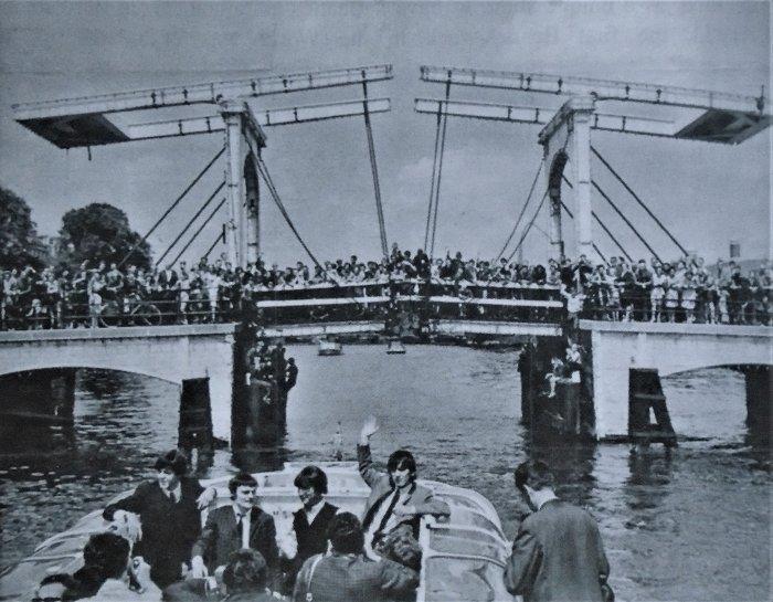 Слева направо: П. Маккартни, Д. Никол, Д. Леннон, Д. Харрисон