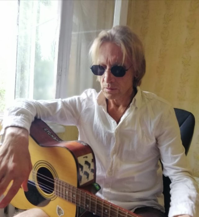 Темный мёд / Дикие яблоки - в Киеве ставят трагикомедию Арсена Баянова: 'Джон Леннон и Я'