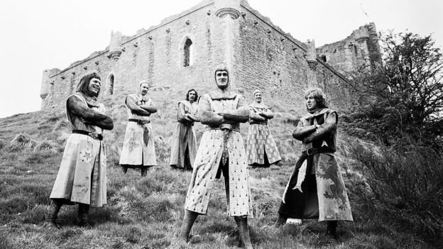 На съемках фильма 'Монти Пайтон и Священный Грааль' в замке Дунн в Шотландии. 10 мая 1974 года