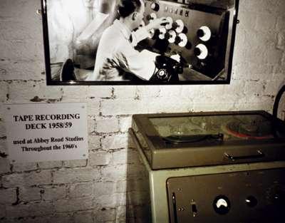 Музей The Beatles story: студийный магнитофон, на котором Битлз записывали свои песни в студии Abbey Road. (Фото: Александр Кан)